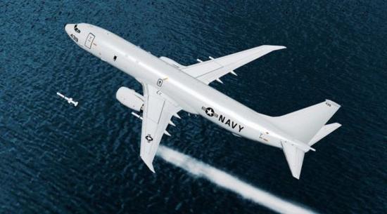 """資料圖片:P-8A發射""""魚叉""""反艦導彈效果圖。(圖片來源於網絡)"""