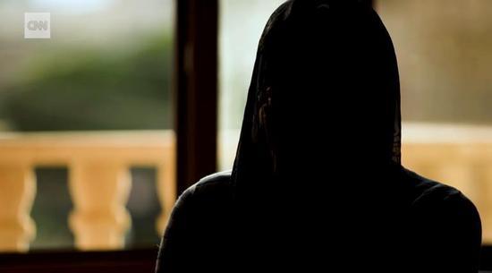 纳迪亚用不断颤抖的声音描述了自己那段曲折痛苦的历程 截图自CNN新闻