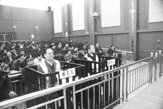 燕中炎(前排左)与燕朝伟在庭审中