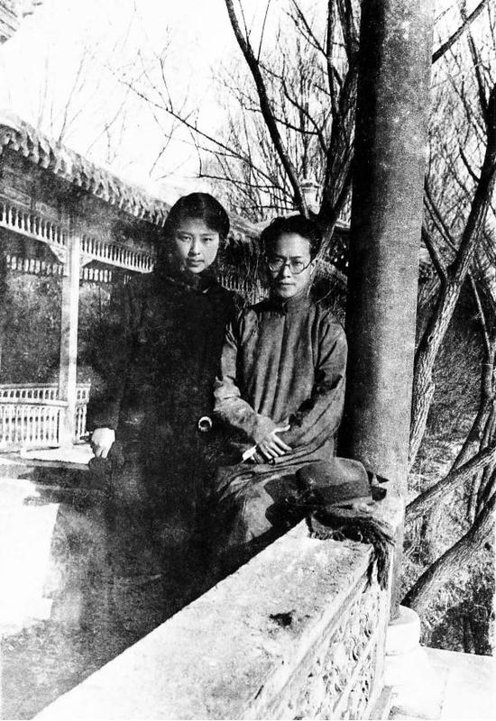1934年编辑天津《大公报》副刊的沈从文与夫人张兆和。