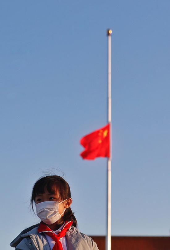 小学生在天安门观看升旗。