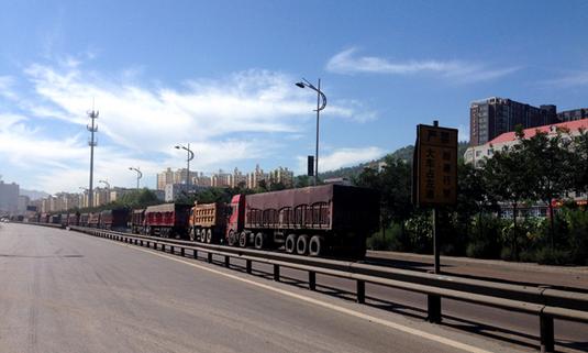 张中生被调查那年的中阳街景,运输车排长队 图自澎湃新闻