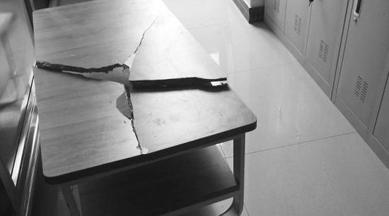 社区大厅内的茶几被砸坏。
