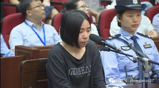 """▲杭州""""保姆纵火案""""庭审现场,莫焕晶表示认罪。"""