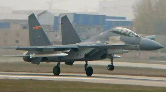 资料图片:网络上流传的中国空军歼-16挂载新型远程空空导弹试飞照片。(图片来源于网络)