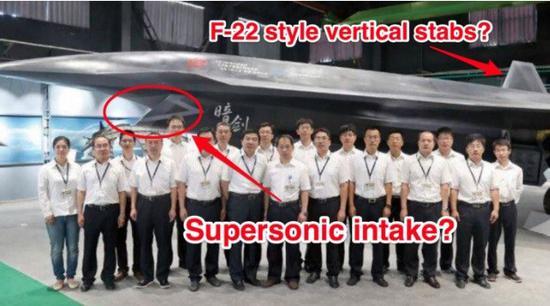 """网络上流传的中国新型""""暗剑""""大型无人战机的照片,可见超音速进气道,和类似F-22的V形垂尾"""