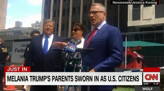 梅拉尼娅父母(左1,左2)现场 图源:CNN视频截图