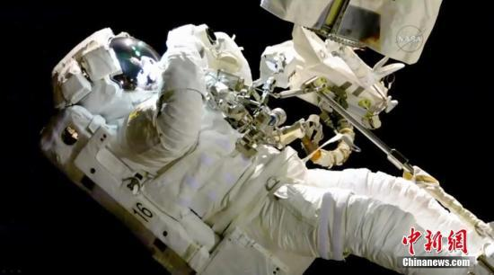 资料图:当地时间2017年10月20日,国际空间站的宇航员进行太空行走,更换了出现问题的机器手臂。