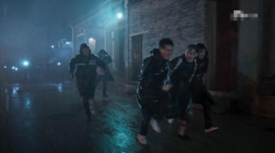 电视剧中缉毒民警李飞带领外地民警夜闯塔寨村,与胡伟阅历类似。图像来历:电视剧《破冰行为》截图