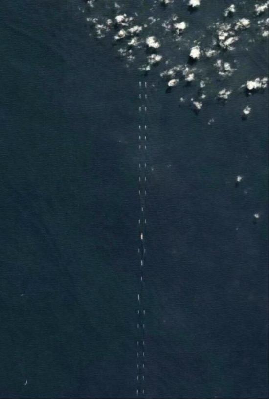 西方卫星公司4月1号公布的卫星照片,中国海军在南海演练,用超过40艘战舰围绕在辽宁舰周围组成超级双纵队。