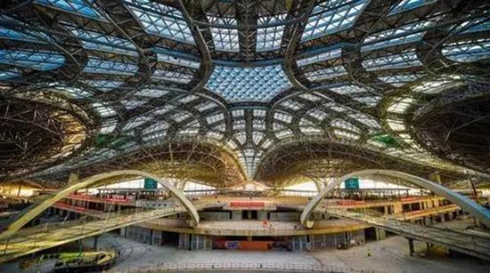 1月初,新机场航站楼实现功能性封顶封围。 北京日报微信公众号 图