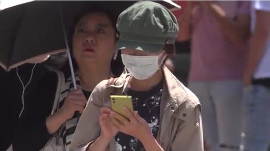 日本街头戴口罩出行的路人(图源:CNN新闻)