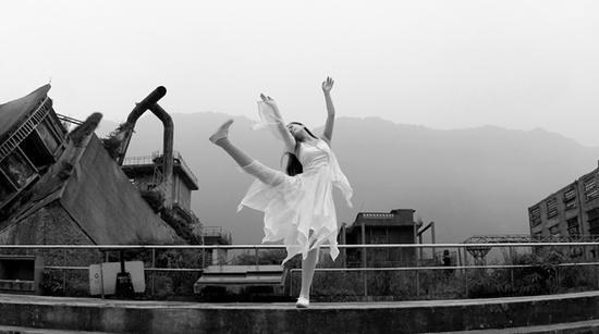 廖智穿着义肢在汶川地震遗址跳舞