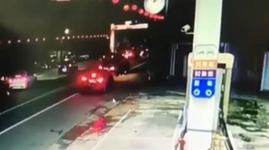海陆士兵遭拦车枪杀,遭多辆车包夹画面曝光。(中时电子报)