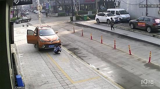 视频:女子蹲地上看手机被卷入车底 20秒内大批市