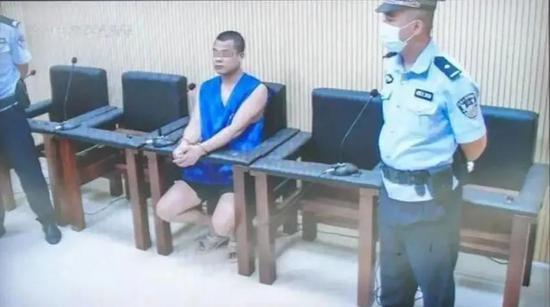 一审死刑:男子故意开车撞人致2死4伤 事后还抽烟跳舞