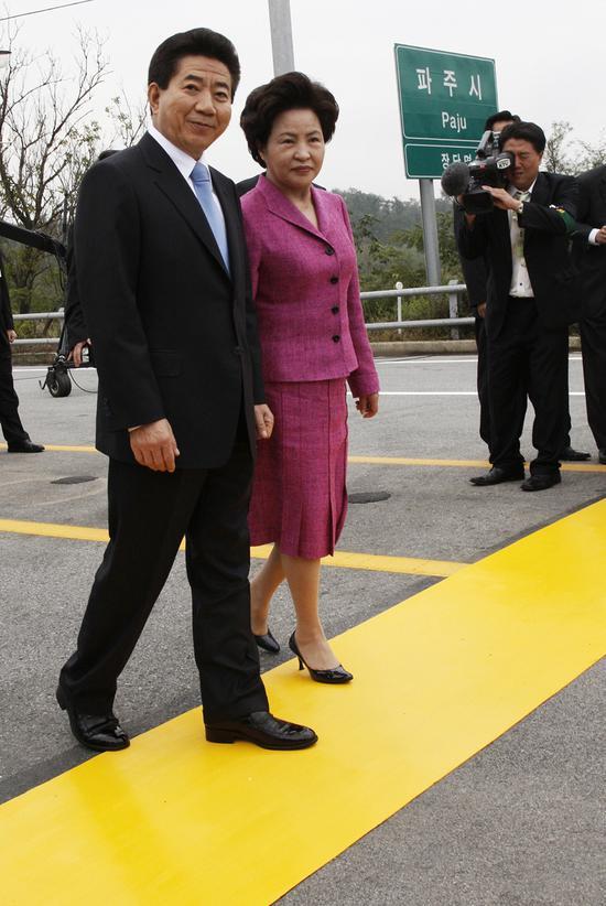 时任韩国总统卢武铉与夫人,徒步走过军事分界线。