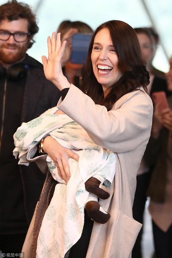 8月4日,阿德恩偕女儿抵达惠灵顿机场。(视觉中国)