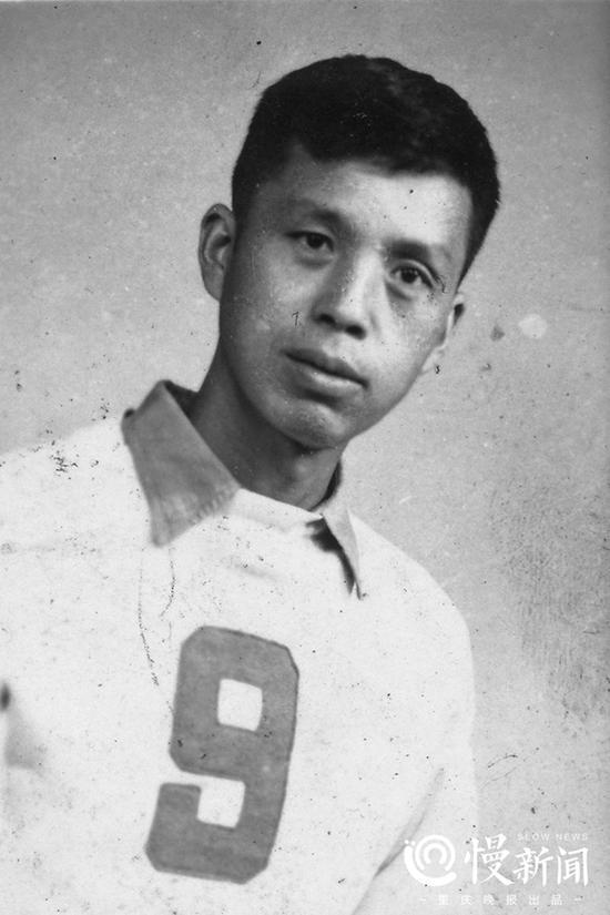 曹越华年轻时身着球服的照片