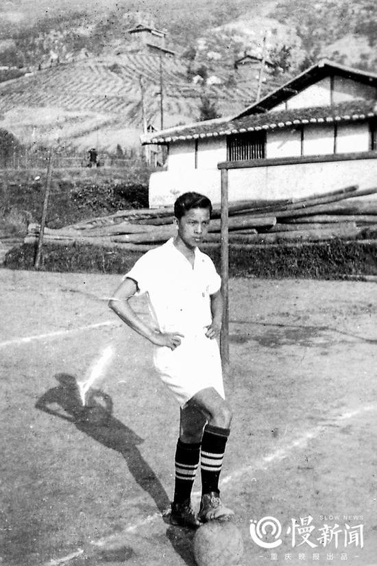 1934年,在重庆市初级中学球场,曹越华踢球的照片。