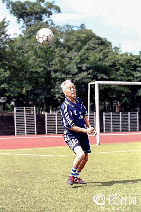 老年时期的曹越华依然酷爱足球