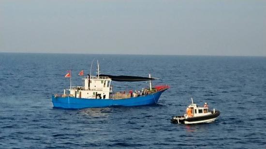 澎湖海巡队小艇靠近大陆渔船 图自澎湖海巡队
