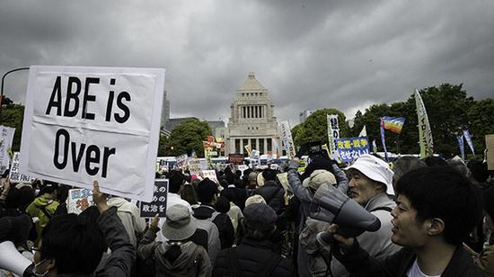 当地时间2018年4月14日,日本东京,约3万名民间团体成员及普通市民举行反对安倍政府的集会。视觉中国 图