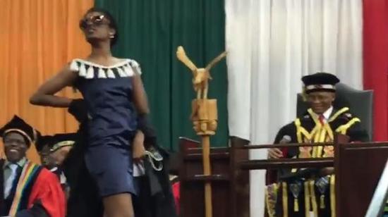 视频:戏精!南非女学生毕业典礼上走猫步全场沸腾