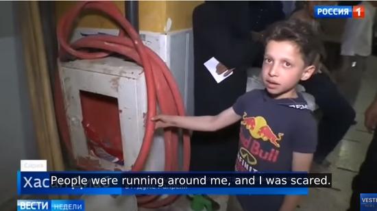 哈桑迪布在24日的采访中向记者展示了当时用来冲洗的水管,这些水管此前被用来……擦地