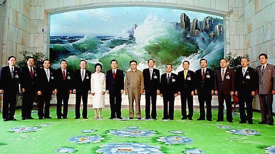2018-08-16,朝鲜平壤,时任朝鲜领导人金正日(左八)与时任韩国总统金大中(左七)会谈前合影。