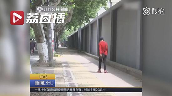 网友称,涂鸦墙被粉刷后显得格外单调。 江苏卫视视频截图