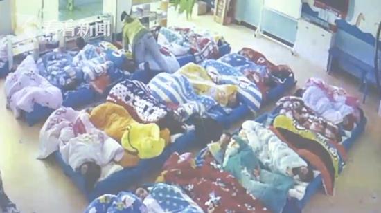 幼儿园小孩午休吵闹 保育员用被子捂头按压获刑