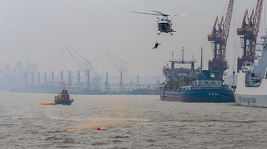 直升机救援落水的人