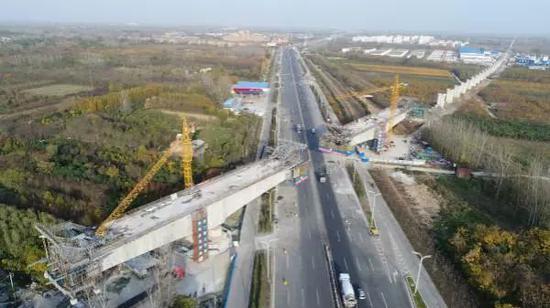 ▲2017年11月,郑合高铁跨311国道连续梁正在紧张施工。