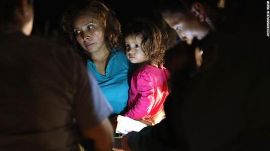 美国得克萨斯州,一名小女孩与妈妈在美墨边境被拦截。