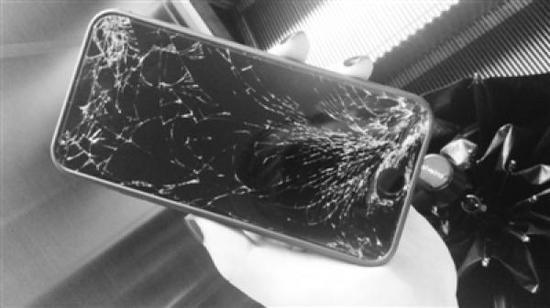 被砸坏的手机。