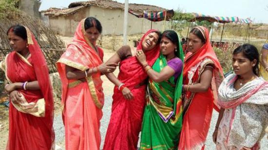 五月,印度贾坎德邦一名16岁少女被奸杀,家人伤心痛哭(图片来自英国广播公司中文网)