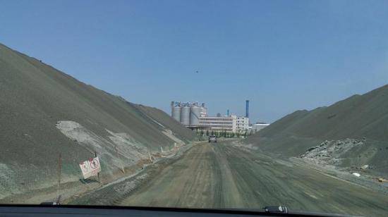 图1 高新区海岸边违规堆存的千万吨镍铁渣