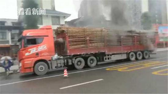 货车爆胎浓烟滚滚而来 吓得前车副驾驶跳窗逃跑