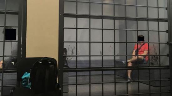 在圣彼得堡体育场的地下室,有人被关在牢房里。(BBC)