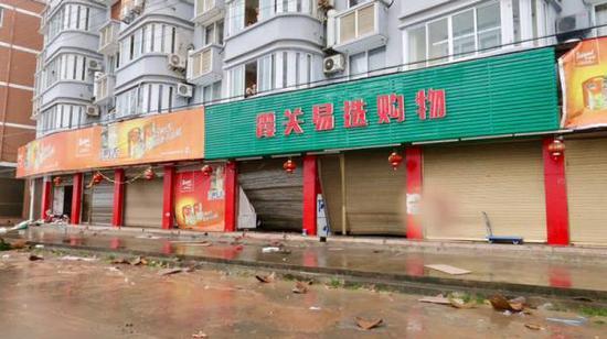 被海浪打破的店铺卷帘门。澎湃新闻记者 杨亚东 摄