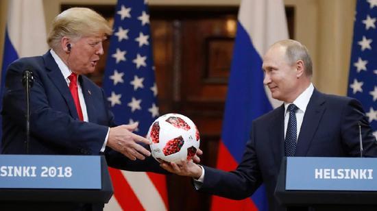 图为普京向必威betway88赠送世界杯足球。(美联社)