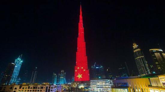 本周二,迪拜的哈利法塔被中国国旗的颜色点亮。(阿联酋《国民报》网站)
