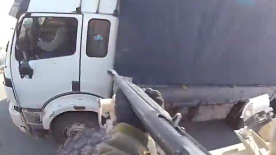 资料图片:美军士兵向阿富汗货车开枪视频截图。(图片来源于网络)