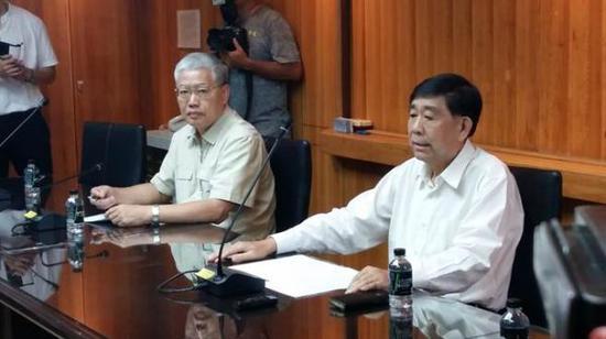 24日下午,中华台北奥委会副主席蔡赐爵(右)出席记者会。(图片来自中时电子报)
