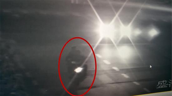 监控视频显示,犯罪嫌疑人正在对电瓶车实施盗窃。  本文图片均为镇宁县公安局 提供