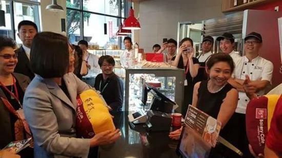 """蔡英文在洛杉矶85度C咖啡店内。(图片源自""""中时电子报"""")"""