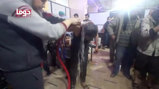 """2018年4月7日,""""白盔""""組織聲稱在大馬士革郊區度瑪鎮發生了一起疑似化學武器襲擊。圖片展示了襲擊後的場景。"""