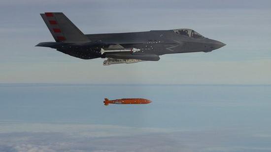 資料圖片:美海軍F-35C投放AGM-154遠程空地彈藥資料照片。(圖片來源於網絡)