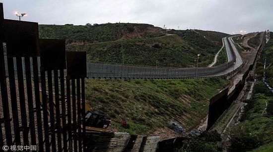 ▲当地时间2019年2月14日,墨西哥蒂华纳,美墨边境墙。 图片来源/视觉中国